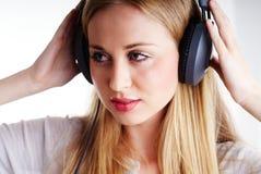 Femme avec des headhones Photographie stock
