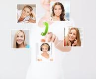 Femme avec des icônes d'écran virtuel et de contact photo libre de droits