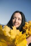 Femme avec des lames d'érable Photo libre de droits