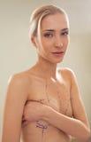 Femme avec des lignes de rectification sur des seins photos stock