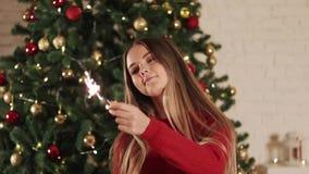 Femme avec des lumières de Bengale le réveillon de Noël Sur le fond de l'arbre de Noël clips vidéos