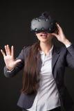 Femme avec des lunettes de réalité virtuelle Projectile de studio, fond blanc images libres de droits