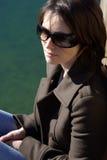 Femme avec des lunettes de soleil photo stock