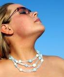 Femme avec des lunettes de soleil photo libre de droits