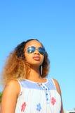 Femme avec des lunettes de soleil Photos stock