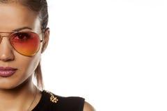 Femme avec des lunettes de soleil Image libre de droits
