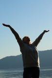 Femme avec des mains au ciel Photo libre de droits