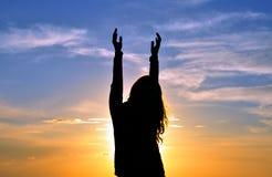 Femme avec des mains dans le ciel Images stock