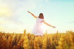 Femme avec des mains grandes ouvertes Photographie stock libre de droits