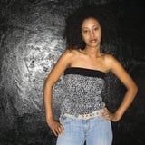 Femme avec des mains sur des gratte-culs. photographie stock