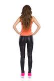 Femme avec des mains sur la vue arrière de hanche Photographie stock