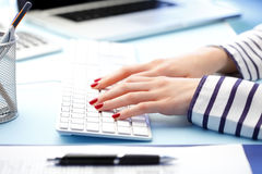 Femme avec des mains sur le clavier d'ordinateur Photographie stock