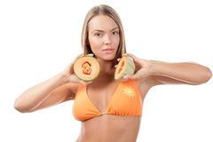 Femme avec des moitiés de cantaloup Photos stock