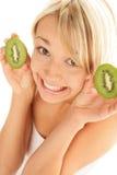 Femme avec des moitiés de kiwi images stock