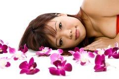 Femme avec des orchidées Image libre de droits