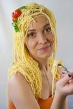 Femme avec des pâtes sur sa tête Photos libres de droits