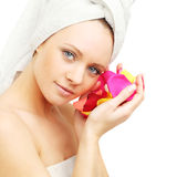 Femme avec des pétales de rose Image libre de droits