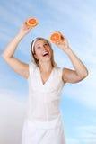 Femme avec des pamplemousses Photo libre de droits