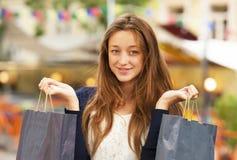 Femme avec des paniers photographie stock libre de droits