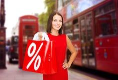Femme avec des paniers au-dessus de rue de ville de Londres Photo stock