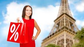 Femme avec des paniers au-dessus de Tour Eiffel de Paris Photographie stock libre de droits