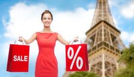 Femme avec des paniers au-dessus de Tour Eiffel de Paris Image stock