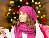 Femme avec des paniers au-dessus des lumières de Noël photographie stock libre de droits