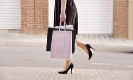 Femme avec des paniers dans la ville Photos stock