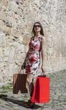 Femme avec des paniers dans une ville Photos libres de droits