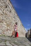 Femme avec des paniers dans une ville photo stock