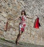 Femme avec des paniers dans une ville image libre de droits