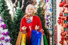 Femme avec des paniers se tenant à Noël Photos stock