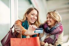 Femme avec des paniers tenant la carte de crédit Photo stock