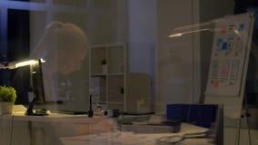 Femme avec des papiers fonctionnant au bureau de nuit banque de vidéos