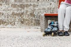 Femme avec des patins de rouleau extérieurs image libre de droits