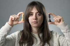 Femme avec des pièces d'échecs photos libres de droits