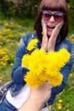 Femme avec des pissenlits en parc vert de ressort dehors Jeune femelle avec les pissenlits jaunes photographie stock