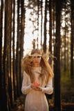 Femme avec des poils de fliyng retenant la pomme photo stock