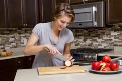 Femme avec des pommes photos stock