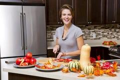 Femme avec des pommes image libre de droits