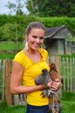 Femme avec des poulets Photo stock