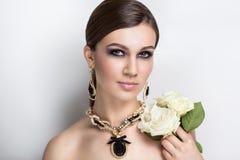 Femme avec des roses image libre de droits