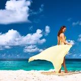Femme avec des sarongs à la plage Photo stock