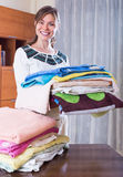 Femme avec des serviettes après blanchisserie Images stock
