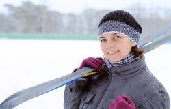 Femme avec des skis Image libre de droits