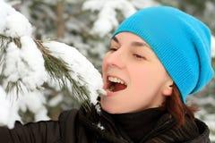 Femme avec des skis Images stock
