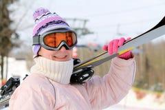Femme avec des skis Photographie stock libre de droits