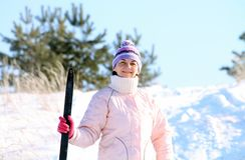 Femme avec des skis Image stock