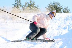 Femme avec des skis Photos stock