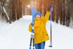Femme avec des skis sur la promenade d'hiver Photos stock